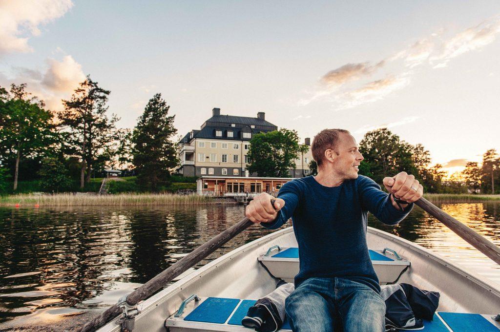 Hyr en kajak eller kanot och utforska vårt vackra sjösystem i lugn och ro.