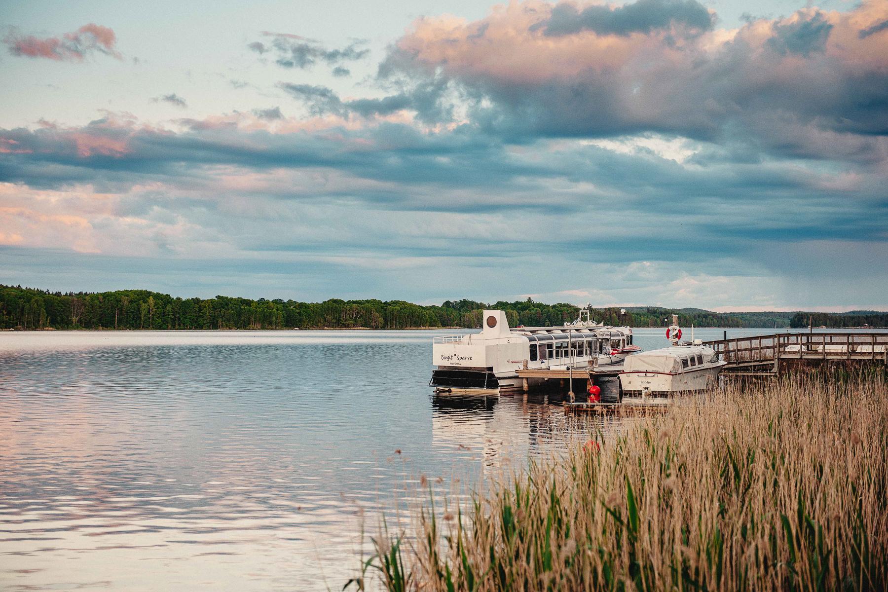 Ta en båttur på det vackra sjösystemet. Sov och ät gott på Rimforsa Strand